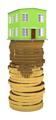 зеленый дом стоит на столбике монет