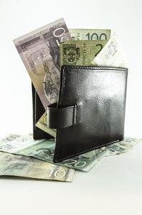 бумажник с торчащими из него купюрами евро