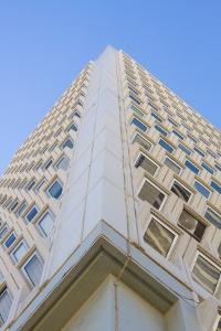 высокое офисное здание в необычном ракурсе